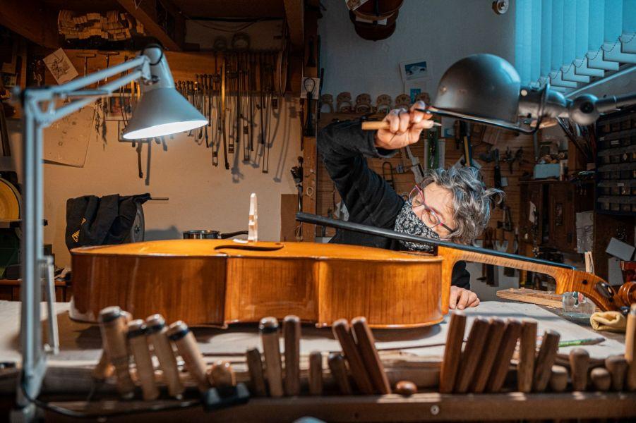 ajustage de chevalet de violoncelle